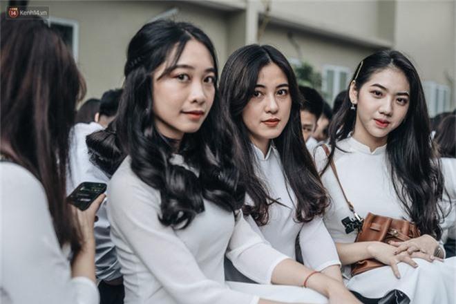 Mặc áo dài trắng đội mưa dự lễ bế giảng, dàn nữ sinh ngôi trường này gây thương nhớ vì quá xinh xắn - Ảnh 3.
