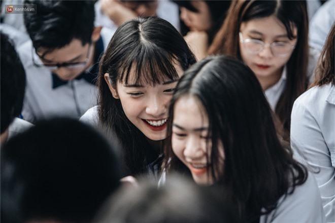 Mặc áo dài trắng đội mưa dự lễ bế giảng, dàn nữ sinh ngôi trường này gây thương nhớ vì quá xinh xắn - Ảnh 4.