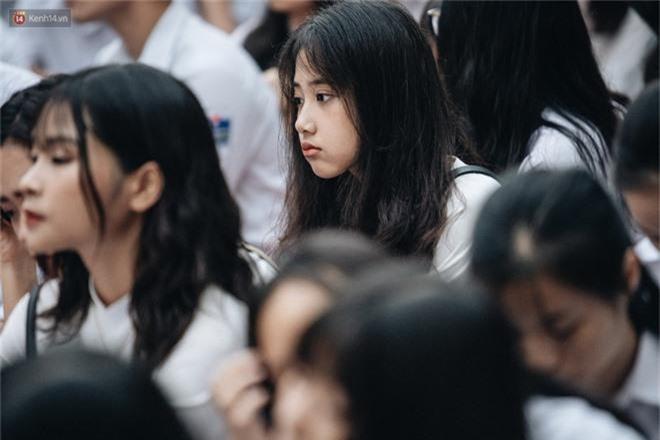 Mặc áo dài trắng đội mưa dự lễ bế giảng, dàn nữ sinh ngôi trường này gây thương nhớ vì quá xinh xắn - Ảnh 7.