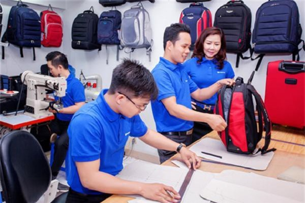 Khi mua sản phẩm, người tiêu dùng nên chú ý kiểm tra tay kéo, khóa, bánh xe và chất liệu của vali, túi xách.
