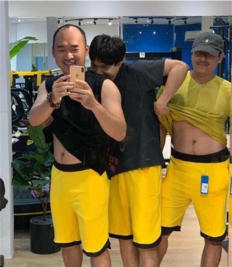 Anh Tú lầy lội vén áo để lộ bụng bia của Tiến Luật và Kiều Minh Tuấn khiến fan cười ngất - Ảnh 1.