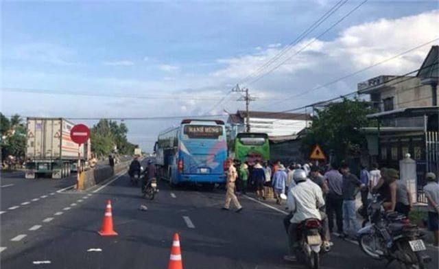 Tai nạn liên hoàn trên quốc lộ 1, xe khách lao vào nhà dân - 1