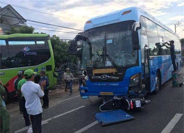Tai nạn liên hoàn trên quốc lộ 1, xe khách lao vào nhà dân - 2