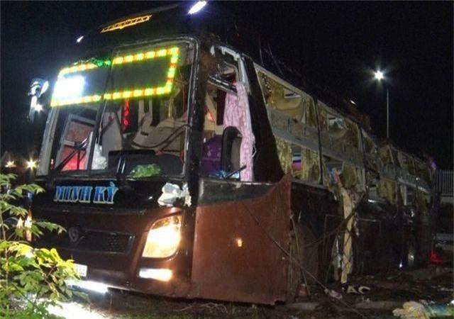 Lật xe khách, 2 mẹ con tử vong, 17 người bị thương - 1
