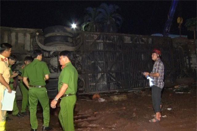 Lật xe khách, 2 mẹ con tử vong, 17 người bị thương - 2