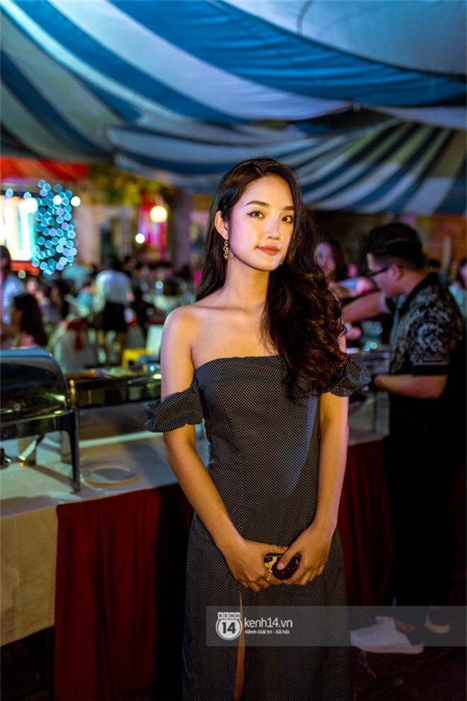 Nữ sinh lớp 12 trường Chu Văn An lột xác quyến rũ bất ngờ, sexy hết nấc trong tiệc trưởng thành đầy sang chảnh - Ảnh 2.