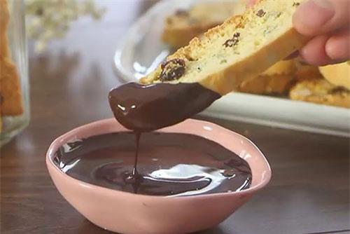 Bánh được mix cùng các loại hạt, trái cây khô tạo nên vị ngọt bụi, thơm lừng.
