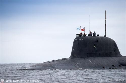 Về vũ khí, tàu ngầm Kazan trang bị 10 ống phóng thẳng đứng (VLS) và 8 ống phóng ngư lôi gồm 6 ống phóng 650mm và 2 ống phóng 533mm. Trong đó, ống phóng 533mm dùng để bắn ngư lôi thông thường, trong khi ống phóng 650mm dùng để phóng tên lửa hành trình săn ngầm RPK-7 có tầm phóng tới 100km.