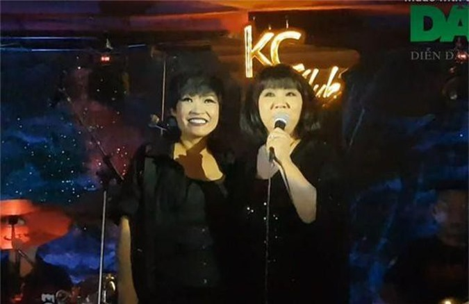 Ca sĩ Cẩm Vân mừng sinh nhật Phương Thanh.