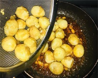 Bước 4: Cho phần trứng cút vào đảo nhanh tay.
