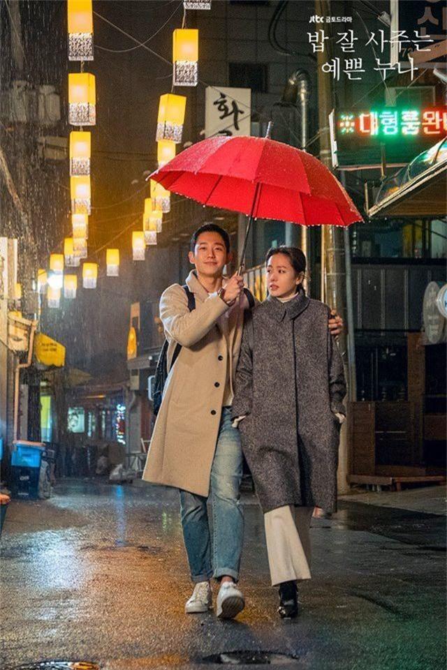 3 lí do khiến One Spring Night hot hơn Chị Đẹp Mua Cơm: Son Ye Jin xách dép cho nữ chính ở lí do cuối cùng! - Ảnh 4.