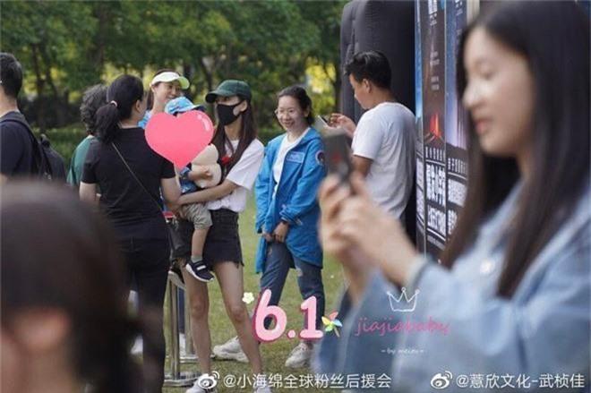 Angela Baby đưa quý tử đi chơi 1/6, vóc dáng mảnh mai nhưng bế con bằng 1 tay gây sốt Weibo - Ảnh 1.