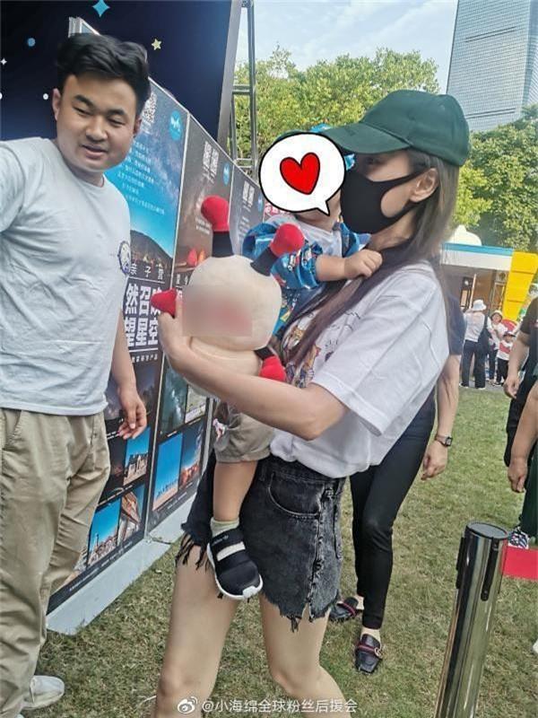 Angela Baby đưa quý tử đi chơi 1/6, vóc dáng mảnh mai nhưng bế con bằng 1 tay gây sốt Weibo - Ảnh 2.