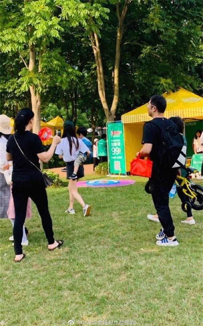 Angela Baby đưa quý tử đi chơi 1/6, vóc dáng mảnh mai nhưng bế con bằng 1 tay gây sốt Weibo - Ảnh 3.