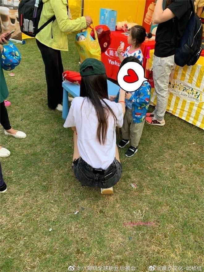 Angela Baby đưa quý tử đi chơi 1/6, vóc dáng mảnh mai nhưng bế con bằng 1 tay gây sốt Weibo - Ảnh 4.