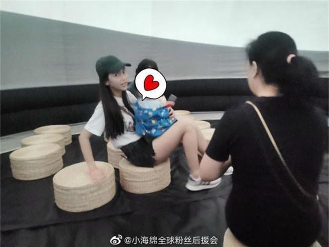Angela Baby đưa quý tử đi chơi 1/6, vóc dáng mảnh mai nhưng bế con bằng 1 tay gây sốt Weibo - Ảnh 6.
