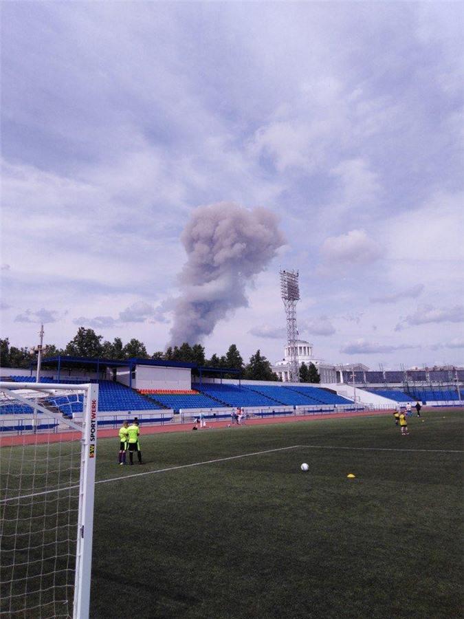 Cột khói từ vụ nổ được nhìn từ sân bóng