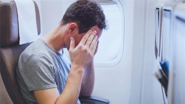 Hành khách sử dụng rượu, bia hoặc các chất kích thích dẫn đến mất khả năng làm chủ hành vi sẽ không được lên máy bay. (Ảnh minh họa: Báo Đời sống và Pháp luật).