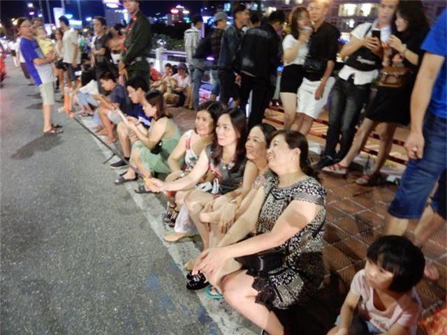 Biển người chen chúc tìm chỗ đẹp xem pháo hoa quốc tế Đà Nẵng - 11