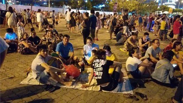 Biển người chen chúc tìm chỗ đẹp xem pháo hoa quốc tế Đà Nẵng - 12