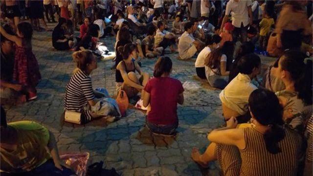 Biển người chen chúc tìm chỗ đẹp xem pháo hoa quốc tế Đà Nẵng - 13