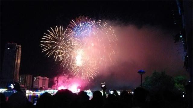 Biển người chen chúc tìm chỗ đẹp xem pháo hoa quốc tế Đà Nẵng - 14