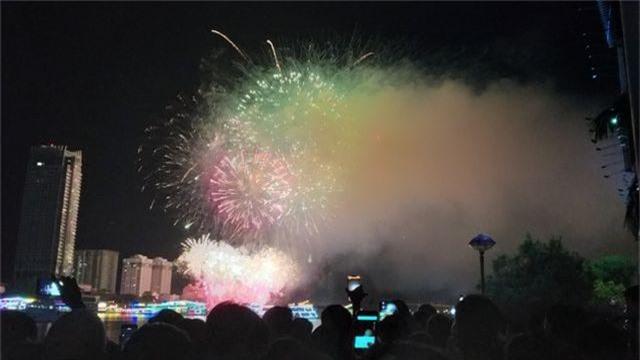 Biển người chen chúc tìm chỗ đẹp xem pháo hoa quốc tế Đà Nẵng - 15