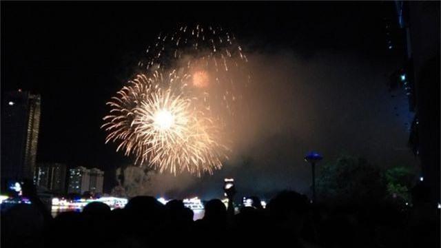 Biển người chen chúc tìm chỗ đẹp xem pháo hoa quốc tế Đà Nẵng - 16