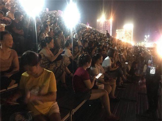 Biển người chen chúc tìm chỗ đẹp xem pháo hoa quốc tế Đà Nẵng - 3
