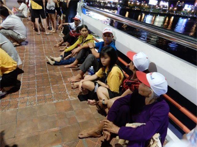 Biển người chen chúc tìm chỗ đẹp xem pháo hoa quốc tế Đà Nẵng - 4
