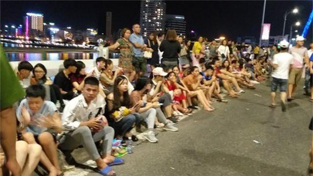 Biển người chen chúc tìm chỗ đẹp xem pháo hoa quốc tế Đà Nẵng - 5