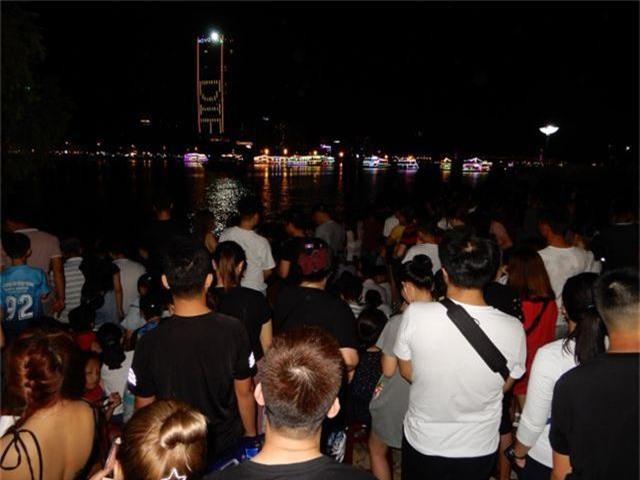 Biển người chen chúc tìm chỗ đẹp xem pháo hoa quốc tế Đà Nẵng - 9