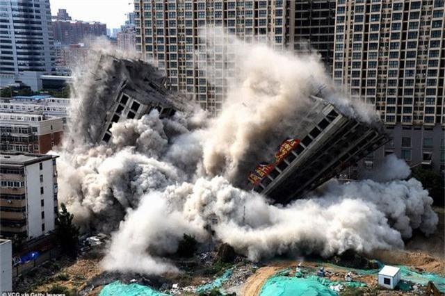 Trung Quốc giật sập 2 tòa chung cư cao 20 tầng vì xây dựng trái phép - Ảnh 1.