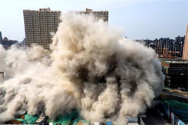 Trung Quốc giật sập 2 tòa chung cư cao 20 tầng vì xây dựng trái phép - Ảnh 2.