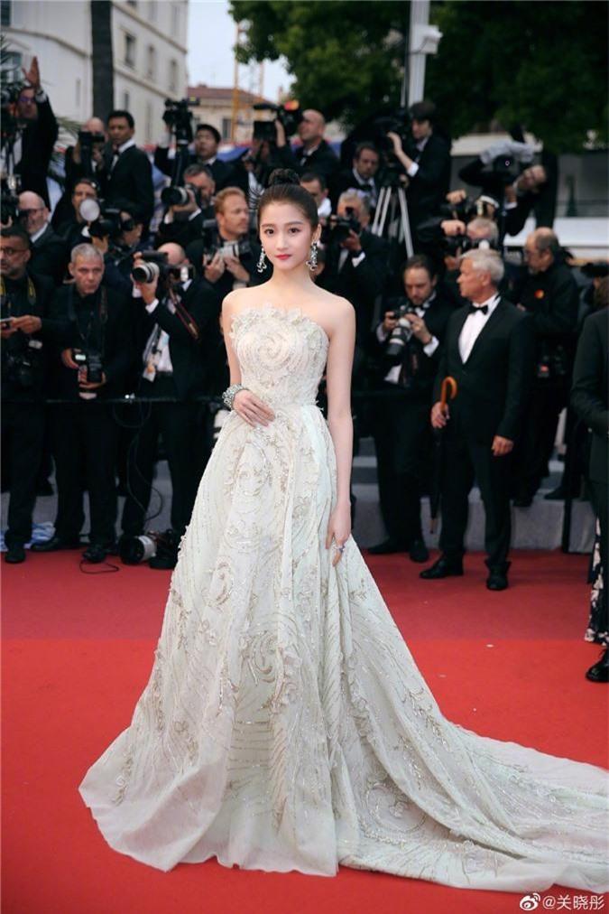 """Vừa tỏa sáng ở Cannes, Quan Hiểu Đồng đã gây thất vọng với hình ảnh tăng cân và vòng một """"lép kẹp"""" trong sự kiện ở quê nhà - Ảnh 7."""