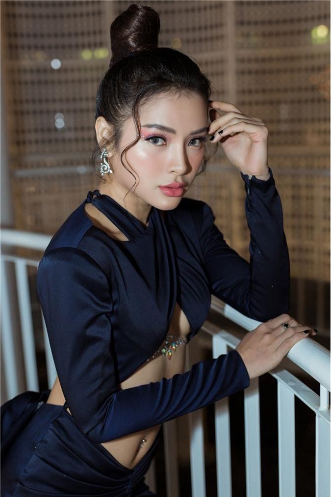 Phương Trinh Jolie gây choáng với style hở nửa bầu ngực, sexy thách thức người nhìn - Ảnh 1.