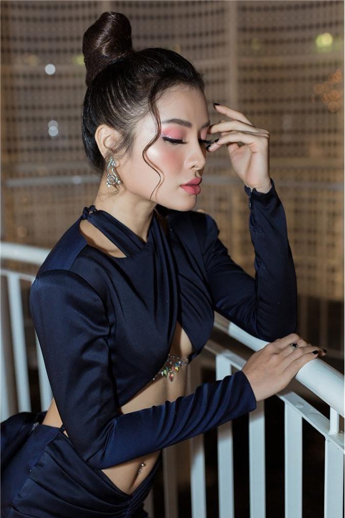 Phương Trinh Jolie gây choáng với style hở nửa bầu ngực, sexy thách thức người nhìn - Ảnh 2.