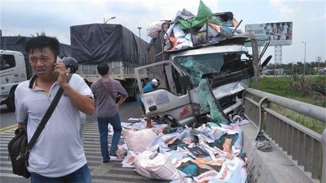 Xe tải tông chết hai người, một thi thể rơi xuống sông - 1