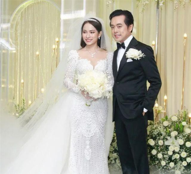 Nhạc sĩ Dương Khắc Linh và cô dâu Sara Lưu rạng rỡ, hạnh phúc khi đón khách mời đến dự tiệc cưới của mình.