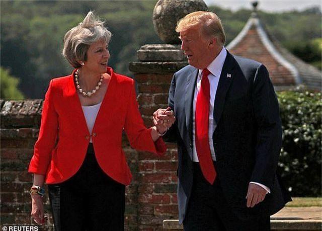 Ẩn ý đằng sau món quà Thủ tướng Anh tặng Tổng thống Trump - 1