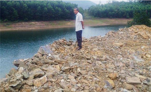 Ngang nhiên đổ cả nghìn khối đất đá xuống lòng hồ thủy lợi - 2