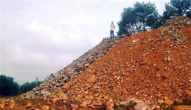 Ngang nhiên đổ cả nghìn khối đất đá xuống lòng hồ thủy lợi - 4