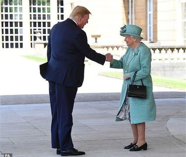 Hành động gây tranh cãi của Tổng thống Trump khi gặp Nữ hoàng Anh - 2