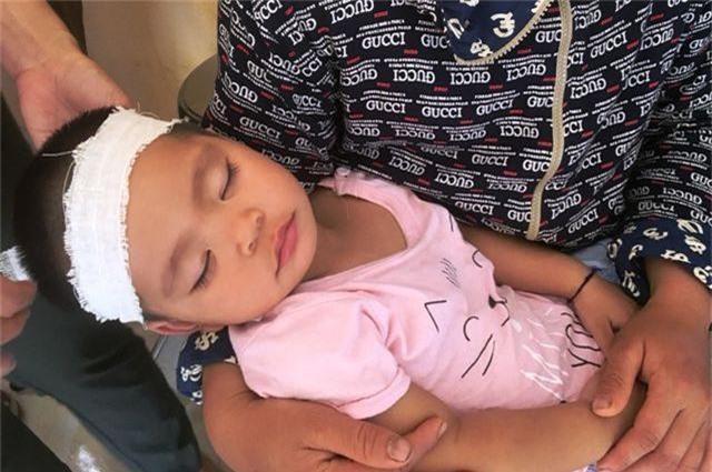 Vợ trẻ ngất lịm, con thơ say ngủ trong lễ truy điệu Thiếu tá biên phòng hy sinh - 4