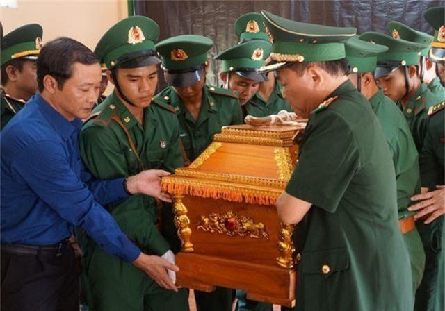 Vợ trẻ ngất lịm, con thơ say ngủ trong lễ truy điệu Thiếu tá biên phòng hy sinh - 5