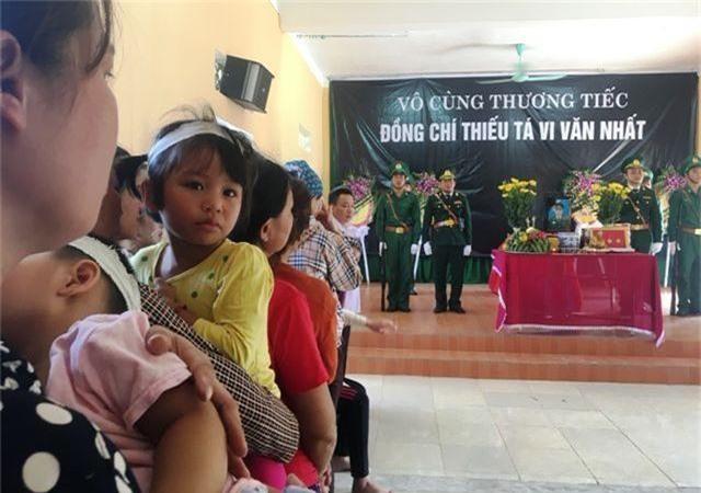 Vợ trẻ ngất lịm, con thơ say ngủ trong lễ truy điệu Thiếu tá biên phòng hy sinh - 8