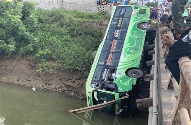 Xe khách lao xuống sông, ít nhất 1 người tử vong - 1