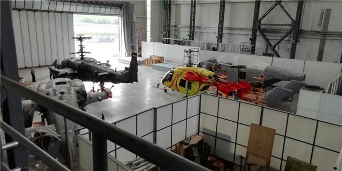 Mô hình trực thăng Minoga nằm ở góc phải cảnh chiếc Ka-228 sơn đỏ vàng.