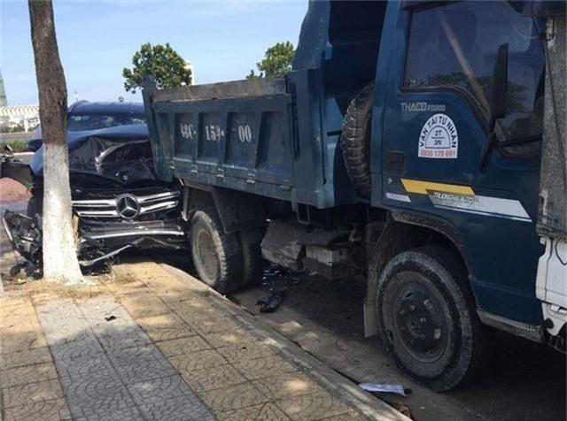 Mercedes chạy thử gây tai nạn liên hoàn - 2