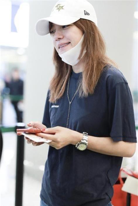 Triệu Vy tự tin khoe mặt mộc tại sân bay - Ảnh 2.